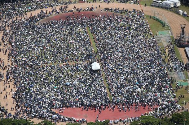 沖縄県民大会が開かれた陸上競技場には大勢の参加者が集まった=6月19日、沖縄県那覇市奥武山町