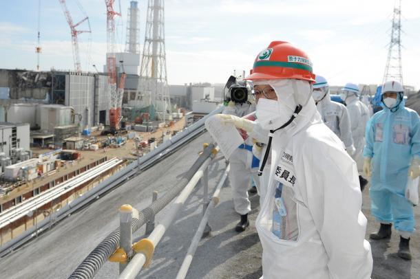 写真・図版 : 東京電力福島第一原発を視察する原子力規制委員会の田中俊一委員長(手前)=2016年2月