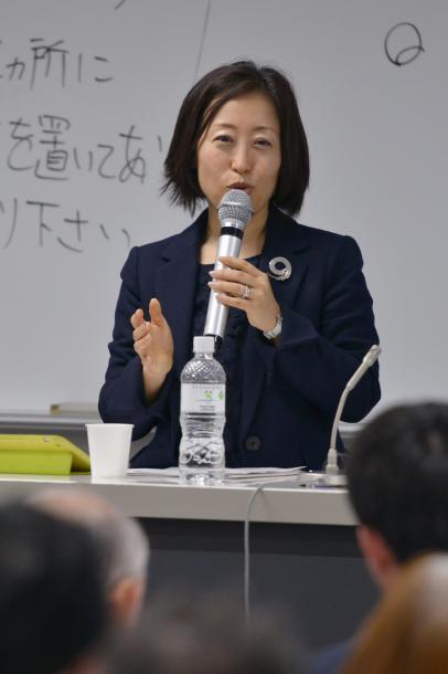 写真・図版 : 講演する三浦まり教授