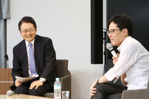 日本の資本主義について話す経済学者の水野和夫さん(左)とホスト役の白井聡さん=201661111日午後、大阪市北区