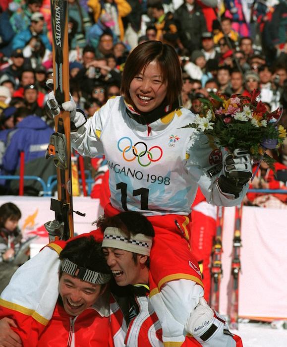 長野冬季五輪のモーグル女子で金メダルに輝き、チームメートに肩車される里谷多英選手(山本雅彦撮影)