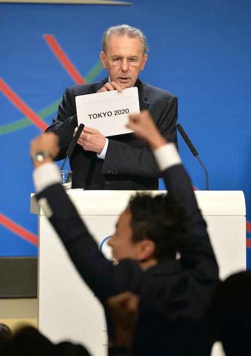 ブエノスアイレスでのIOC総会で2020年東京五輪開催決定をアナウンスするロゲIOC会長(当時。共同通信による代表撮影)
