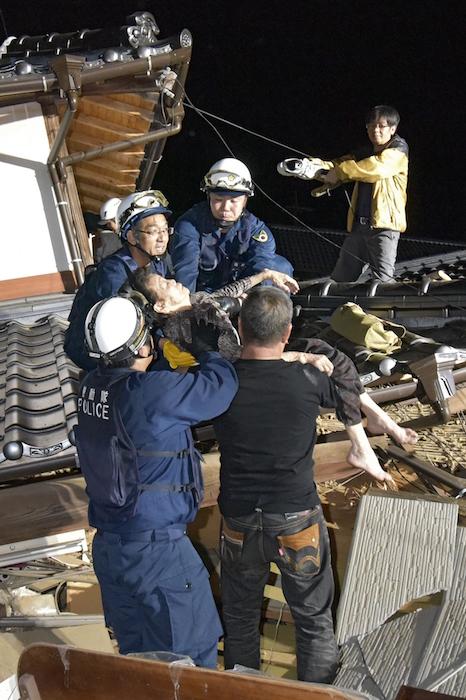 写真1 倒壊した家屋から救助される女性=2016年4月14日深夜、熊本県益城町(撮影・大倉尚隆)