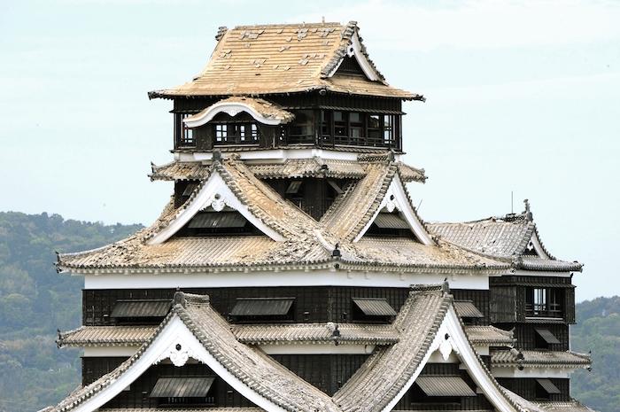 写真2 地震で瓦が落下した熊本城の天守閣=2016年4月16日、熊本市中央区(撮影・横井誠)