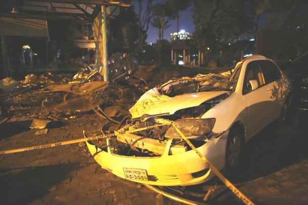 襲撃テロが発生したレストラン前には破壊された車が残されていた。周囲には残骸が散乱していた=8日午後7時46分(現地時間)、ダッカ