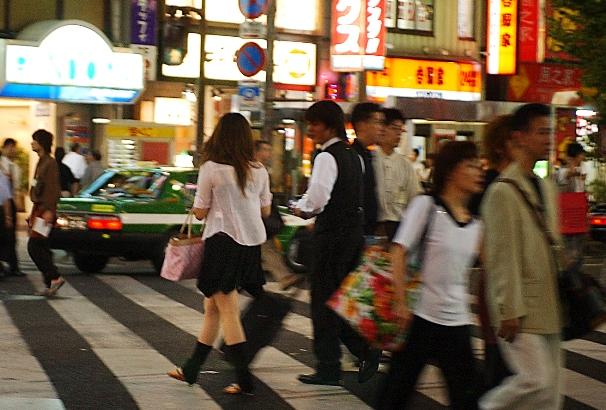 夜になると、道行く女性にホストやスカウトらが声をかける=2004年、東京都新宿区歌舞伎町1丁目