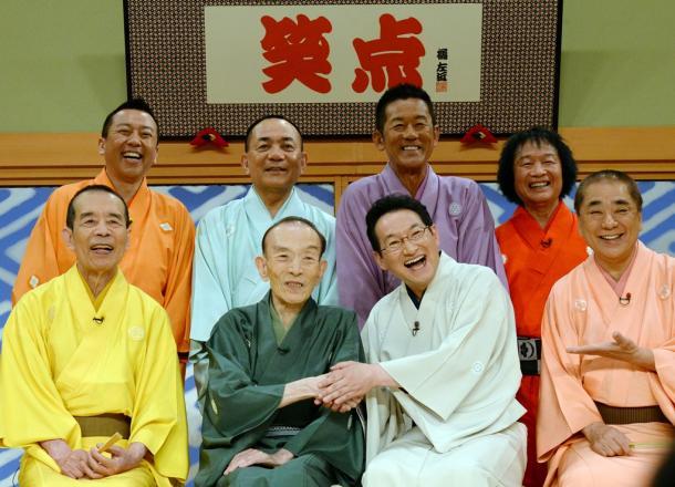 大喜利メンバーらと記念写真に臨む桂歌丸さん(前列左から2人目)。右隣は6代目の司会に決まった春風亭昇太さん=22日午後、東京都千代田区の日本テレビ