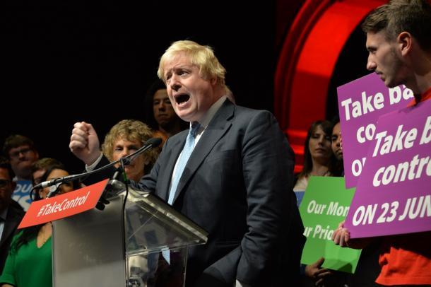 写真・図版 : EU離脱派の集会で熱弁を振るうボリス・ジョンソン前ロンドン市長=2016年6月