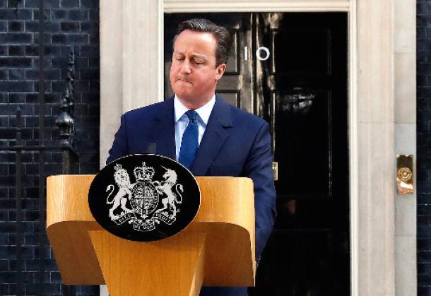 写真・図版 : ロンドンで6月24日、国民投票の結果を受け、記者会見で辞意を表明するキャメロン英首相=ロイター