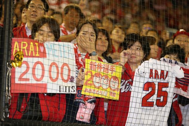 写真・図版 : 新井貴浩が2000安打を達成したのは神宮球場だった。かつて選手に罵声を浴びせたスタンド最前列では、涙を流すファンも=2016年4月26日