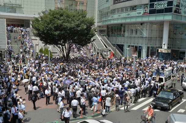 東京都知事選候補者の街頭演説会に集まった支持者ら=7月14日