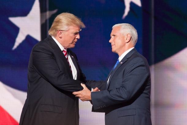 共和党大会で握手を交わすトランプ氏(左)とペンス氏=2016年7月20日、米オハイオ州クリーブランド、ランハム裕子撮影