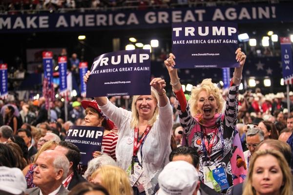 プラカードを掲げてトランプ氏を大統領候補に選出した結果を歓迎する共和党大会の代議員たち=2016年7月19日、米オハイオ州クリーブランド、ランハム裕子撮影