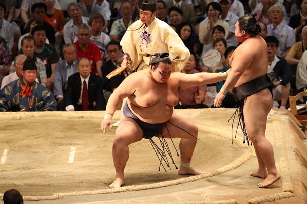名古屋場所千秋楽、稀勢の里(左)は押し出しで豪栄道を破る=2016年7月24日、愛知県体育館