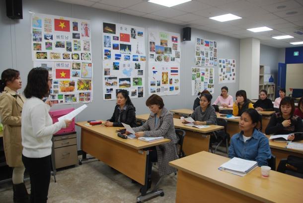 写真・図版 : 「結婚移民者」向けの韓国語講座=2016年、韓国・楊州市、撮影・朝日新聞社