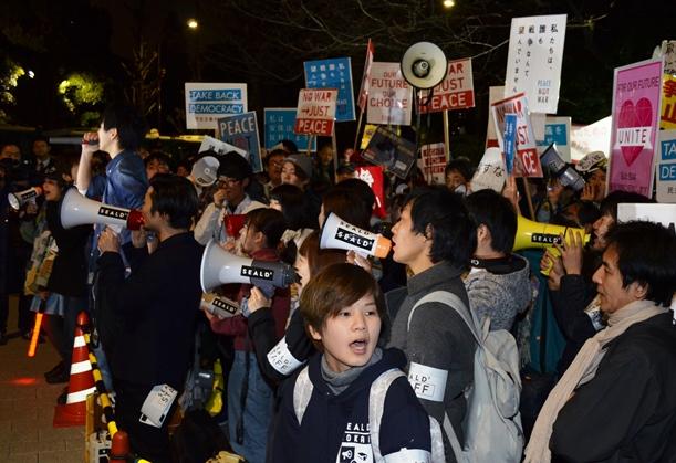 国会前で安保法反対を訴えるSEALDsのメンバーら=2016年3月28日、東京・永田町