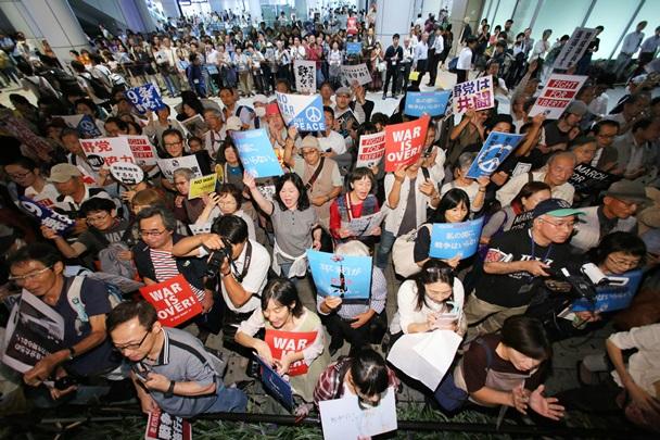 安保法成立後に初めて開かれた「SEALDs KANSAI」の街頭活動に集まった人たち=2015年9月25日、大阪市北区のJR大阪駅前