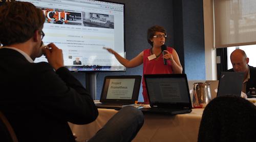 ICIJのデータエディターが記者たちに文書の内容やソフトの使い方を説明した=米国・ワシントン、ICIJ提供