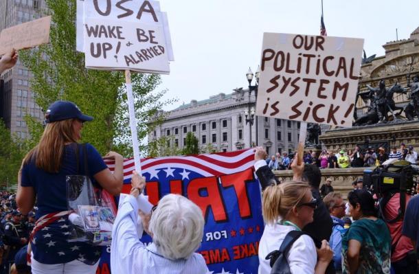 共和党全国大会の会場近くでは、トランプ支持者と反対派が入り乱れてアピール合戦を繰り広げた=真鍋弘樹撮影