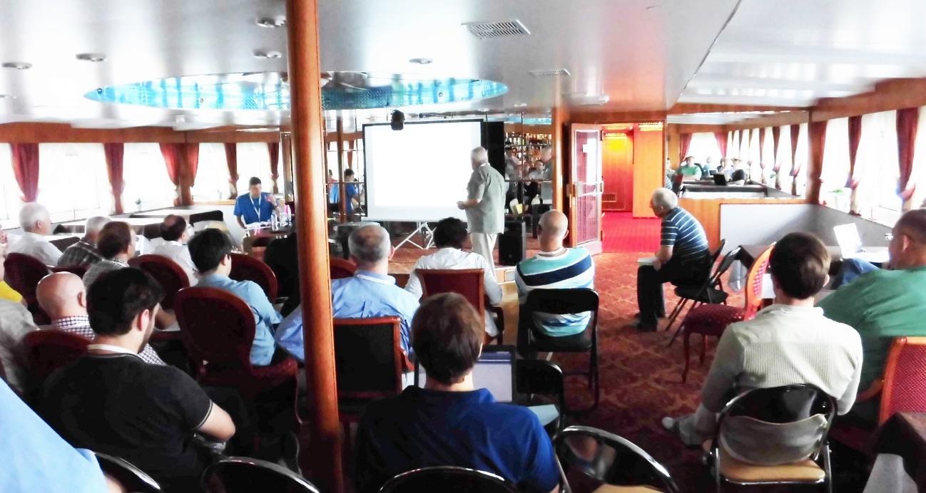 写真・図版 : 船の4階、大会議室での講演風景。狭い空間に160名近い研究者がひしめく。