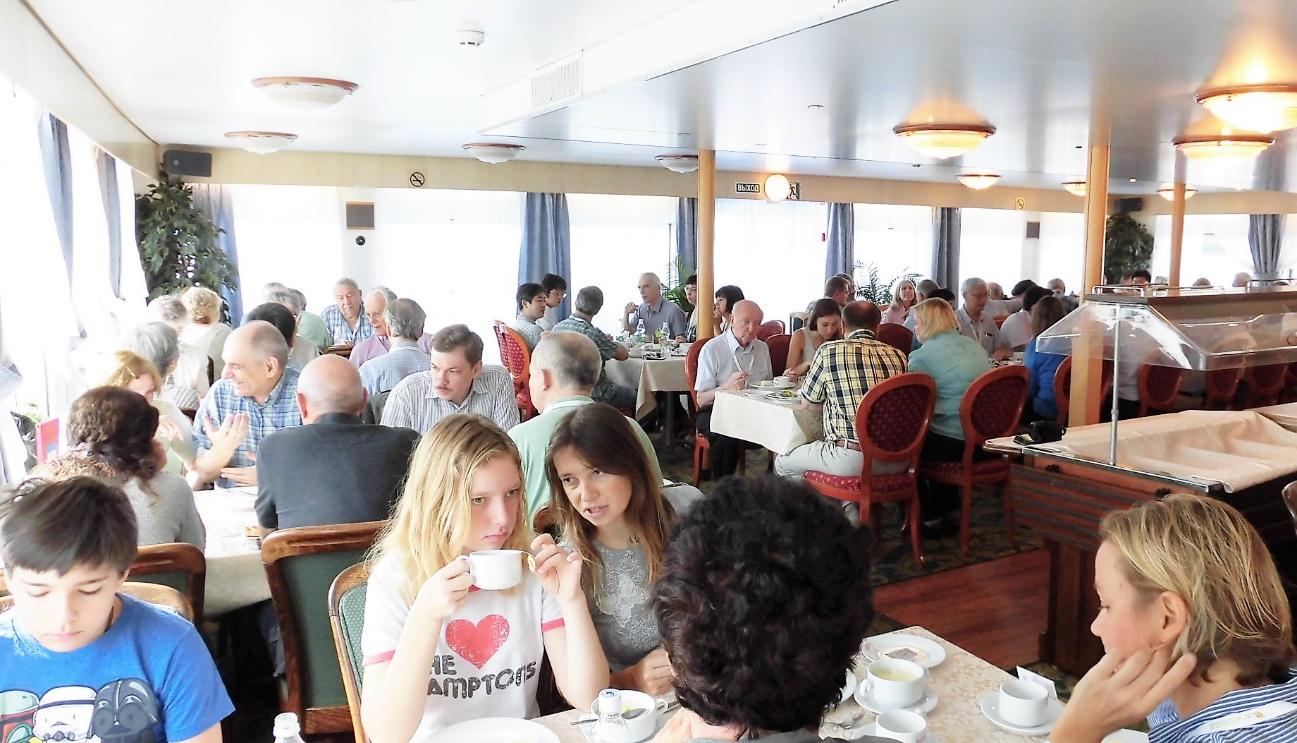 写真・図版 : 船旅の間、食事はいつも同じロシア人研究者夫妻と一緒であった。ワインを飲むほどに話題は科学を離れ、歴史・政治などへ広がった。