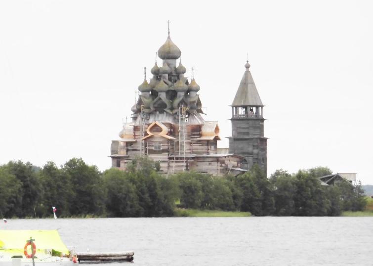 写真・図版 : 毎日、昼間は3時間ほどのエクスカーションが組まれている。写真は木曜に訪ねた世界遺産「キジ島の総木製ロシア教会」