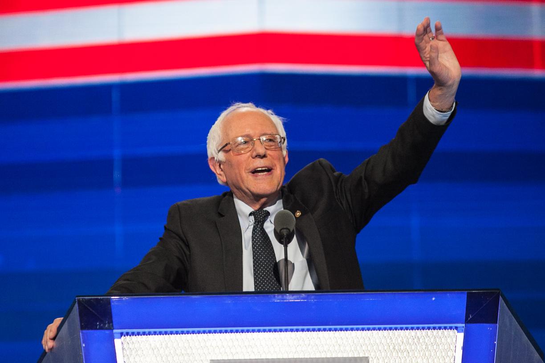 写真・図版 : 民主党全国大会で聴衆に手を振るサンダース上院議員=2016年7月25日、ペンシルベニア州フィラデルフィア、ランハム裕子撮影