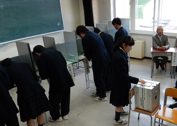 高校の授業で行われた模擬投票=2016年5月23日、岩手県内