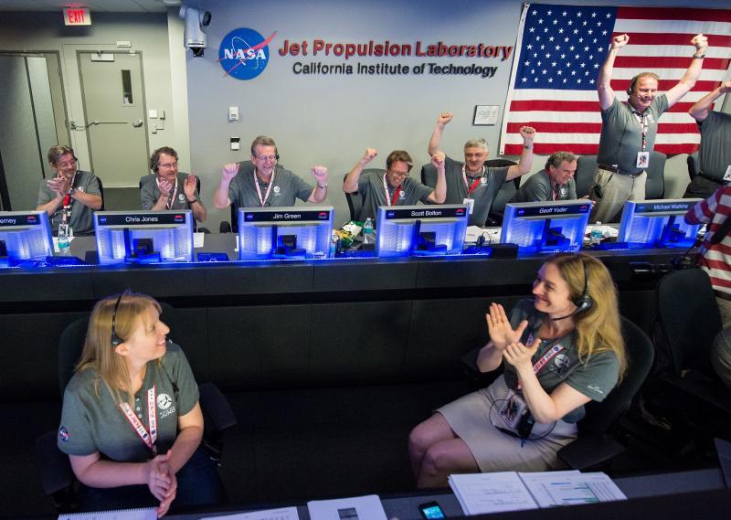 写真・図版 : JUNO木星探査機の到達を喜ぶNASA関係者=2016年7月4日、NASA提供