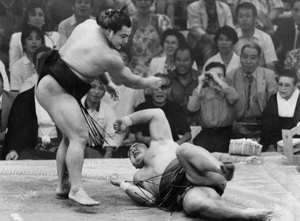 名古屋場所優勝決定戦で千代の富士(左)が上手投げで北勝海を破り、優勝を決める=1989年7月16日、愛知県体育館