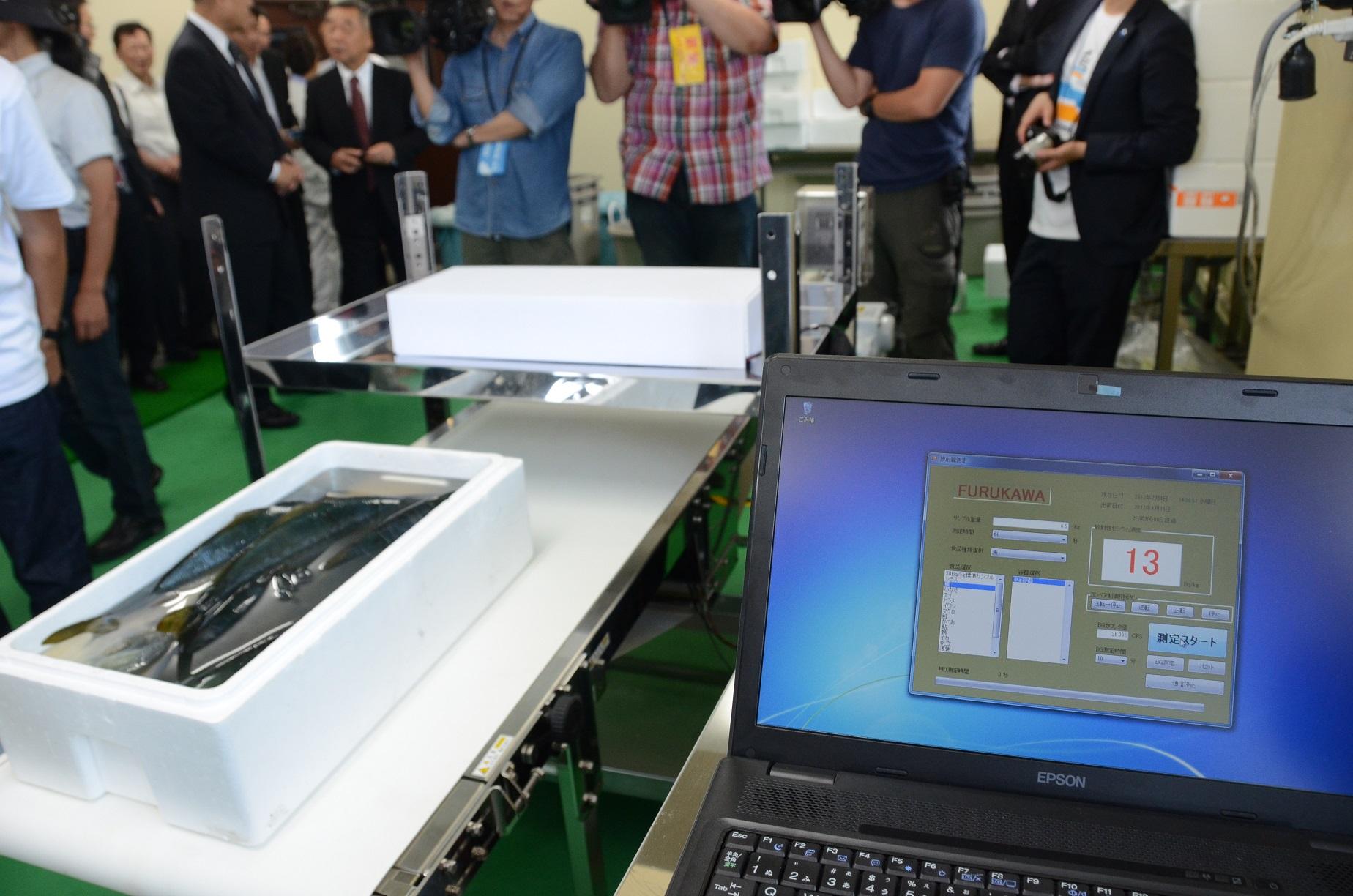 写真・図版 : 2012年7月に北茨城の漁協で実証実験された魚の放射性セシウム量測定装置=、成田認撮影