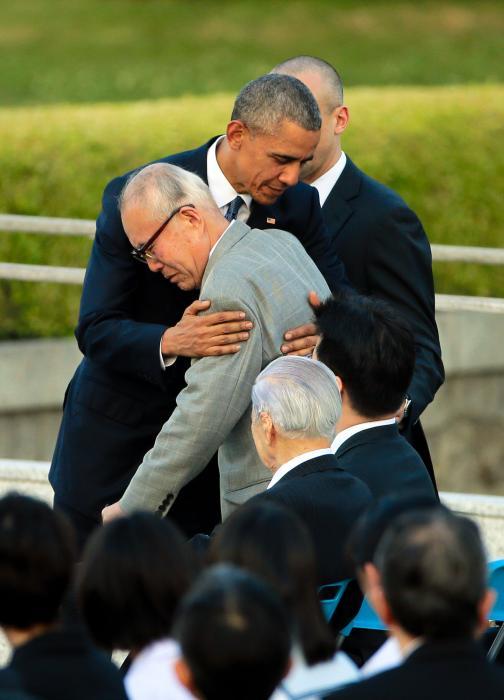 写真・図版 : 被爆死した米兵捕虜の調査をした森重昭さんを抱き寄せるオバマ大統領