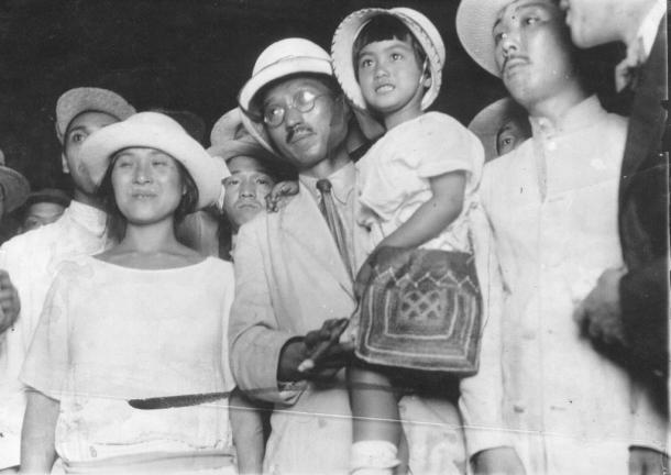 写真・図版 : 1923年7月、東京駅に着いて娘の魔子を抱く大杉栄と伊藤野枝(左)
