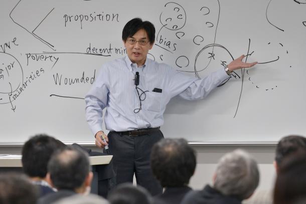 写真・図版 : 講演する齋藤純一教授