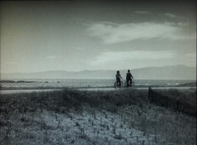 今から69年前、『晩春』が撮影された当時の湘南海岸道路(国道134号線)=写真は、『晩春』のDVDより筆者作成(以下の作品写真も同様)