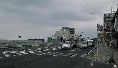 現在の湘南海岸道路。小津安二郎が『晩春』の  シナリオを書いた時に泊まった茅ヶ崎館付近で筆者撮影