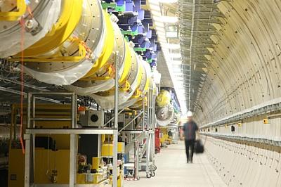 写真・図版 : 図3:欧州XFELの1.7kmの超伝導線形加速器の一部。2km先にHIBEF実験施設が建設されている。