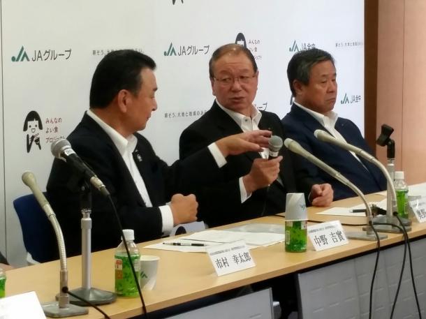 写真・図版 : JAグループの記者会見での奥野長衛・全中会長(中央)と中野吉実・全農会長(左)=7月