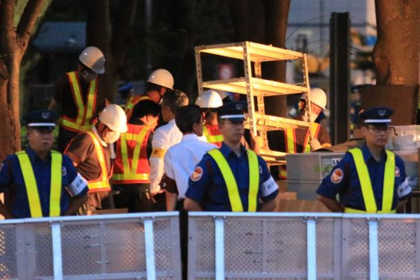 脱原発テントを撤去をする作業員たち。経済産業省前にはバリケードが張られ、多くの警備員が配置されていた=21日午前4時49分20160821