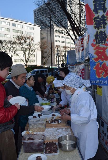 「脱原発テント」でメンバーら餅つき 20150105