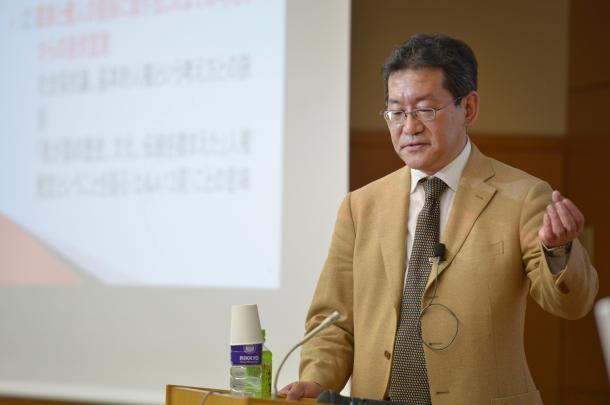 写真・図版 : 講演する阪口正二郎教授