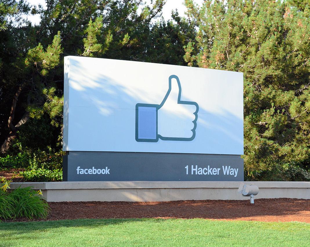 写真・図版 : フェイスブック本社の入り口。「ハッカー通り1番」の表示がある