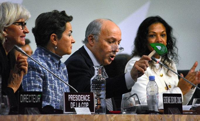 写真・図版 : パリ協定採択の瞬間。COP21で、2015年12月、朝日新聞撮影