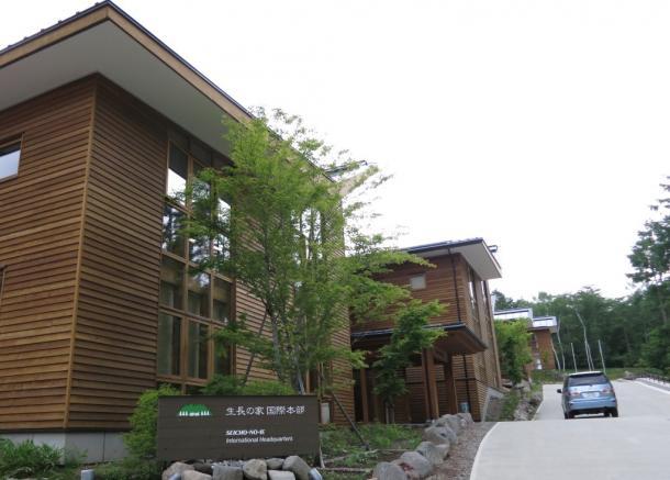 写真・図版 : 「生長の家」の本部は木造で「森の中のオフィス」と称する=山梨県北杜市