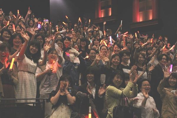 「シン・ゴジラ」の女性限定鑑賞会議で登壇した出演俳優に声援を送る観客=2016年8月24日、東京都新宿区