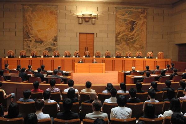 判決前、裁判官が着席した最高裁大法廷=2008年、東京都千代田区隼町