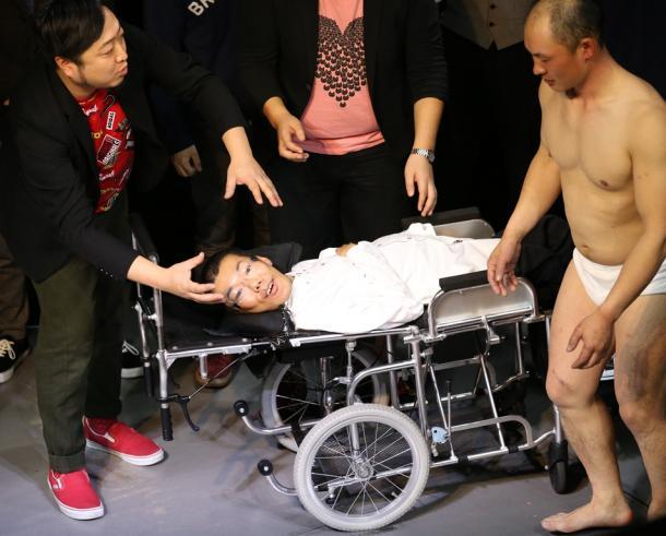 舞台で芸人仲間にいじられるあそどっぐさん(中央)=福岡市