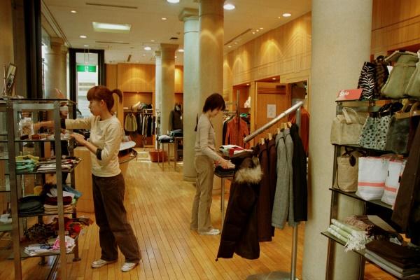 東京・原宿のユニテッドアローズ本店=2003年