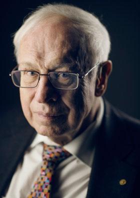 写真・図版 : 昨年のノーベル化学賞を受けたトーマス・リンダース氏=ノーベル財団のホームページから