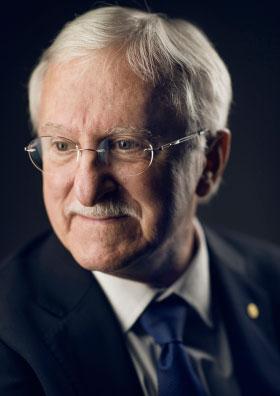 写真・図版 : 昨年のノーベル化学賞を受けた「アメリカ合衆国の生物学者」ポール・モドリッチ氏=ノーベル財団のホームページから